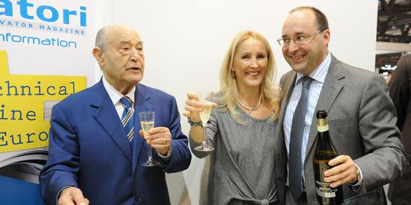 L'ing. Giuseppe Volpe brinda con i figli Maria e Matteo ai 40 anni della rivista Elevatori