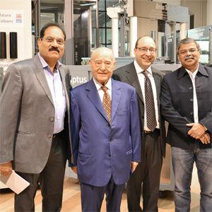 Alcuni clienti indiani nello showroom IGV insieme al Presidente e al Direttore Generale IGV